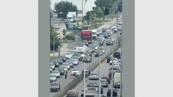 Зрелищна катастрофа в София, кола се вклини между лентите СНИМКА