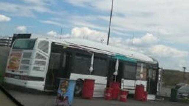Снимка по пътя: Закусвалня в автобус