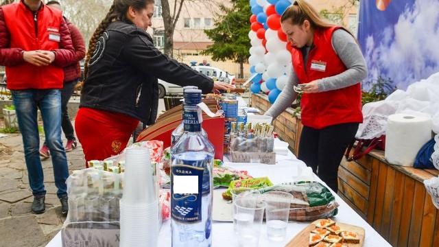 Честват Деня на Русия с Калашников, водка и пелмени