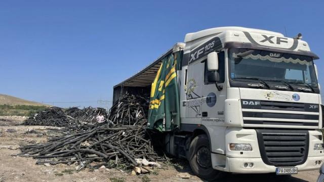 Край Триводици: Хванаха тир, опитал да изхвърли незаконно 14 т кабелни изрезки - 0