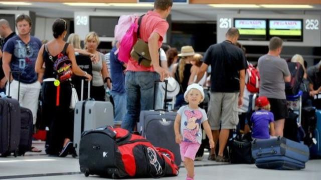Туристи напускат на пожар остров Миконос