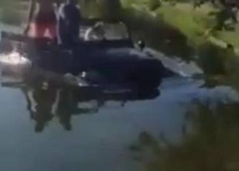 Джип преплува езерото в Острова (СНИМКИ)