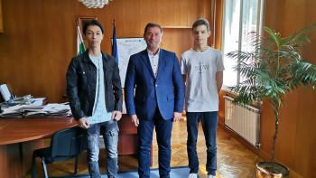Кметът на Мадан награди двама отличници с пари от джоба си