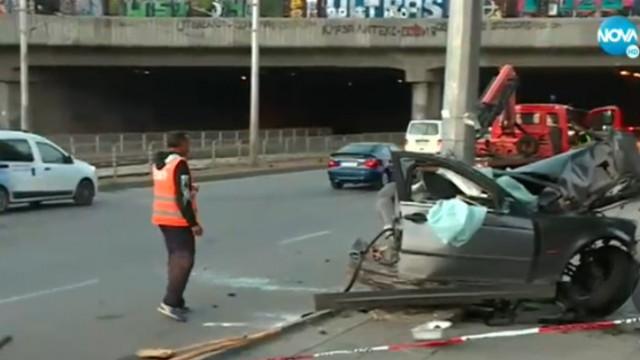 Тежка катастрофа в София, кола се размаза в стълб