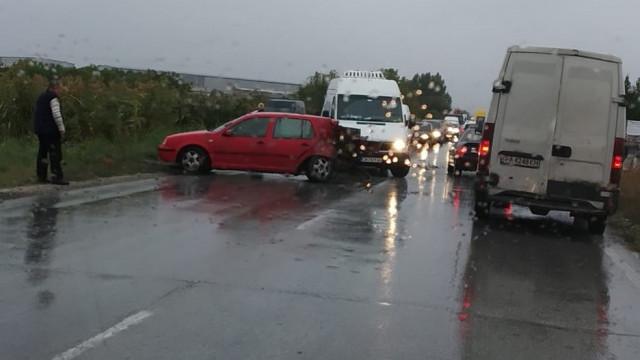 ИЗВЪНРЕДНО! Бус и кола се блъснаха на Околовръстното, запушиха пътя