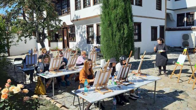 Магнит за туристите: Рисуват Старо Карлово на чаша вино - 0