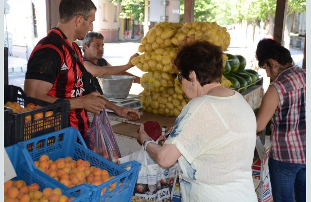 На пазара си мерят доматите