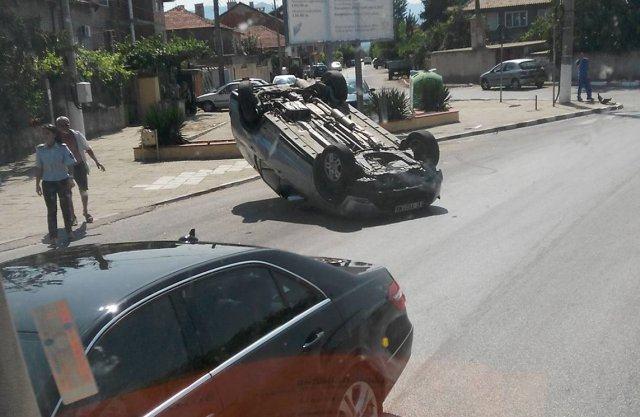 ИЗВЪНРЕДНО! Кола се обърна по таван в Йоаким Груево