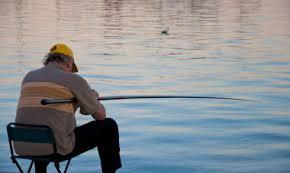 Тийнейджъри обраха заспал рибар, помислили го за умрял